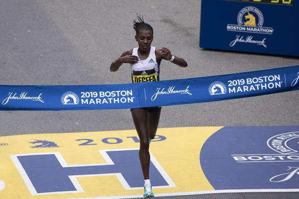 Worknesh Degefa después de su desempeño dominante en Boston (AFP / Getty Images) © Copyright