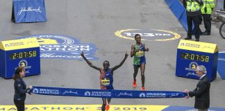 Lawrence Cherono se defiende de Lelisa Desisa para ganar el título de maratón de Boston
